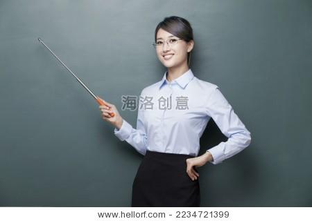 黑板前讲课的年轻女老师