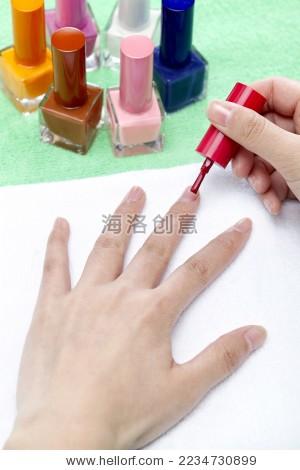 正在涂指甲油的手--海洛创意正版图片,视频,音乐素材