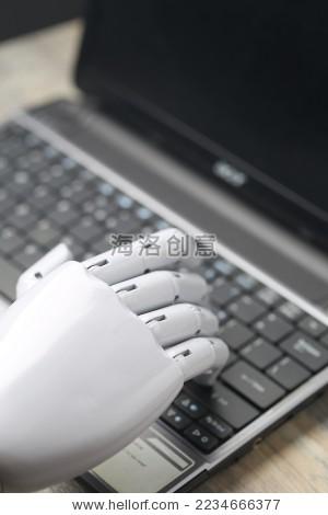 人工智能机器人手在键盘上打字