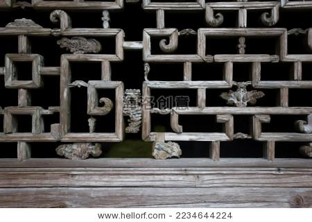 中式传统木质雕花窗户