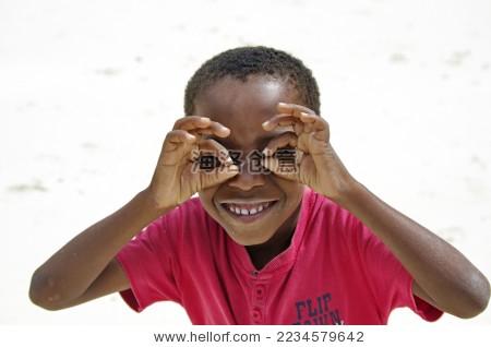 搞怪的非洲小男孩
